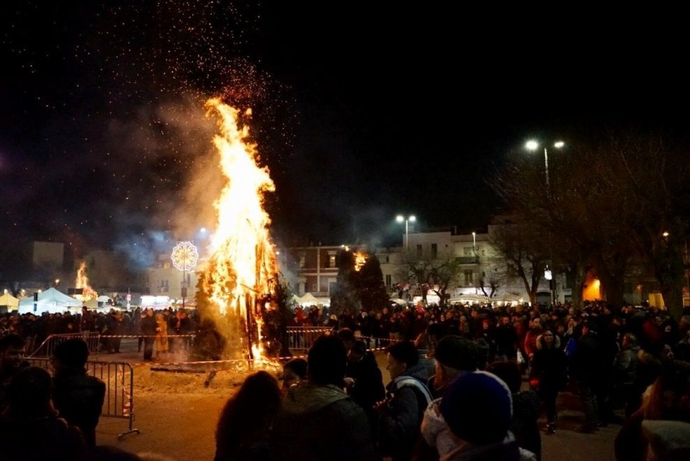 In Puglia i riti del fuoco sono magici, Castellana si accende con le Fanove
