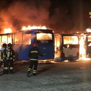 Brindisi, incendio in un deposito della Stp: distrutti tre autobus. Le fiamme partite da un motore