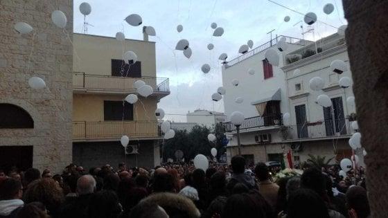 """Giovanni Custodero, un elmo sulla bara e palloncini bianchi per l'addio al 'guerriero'. Ai suoi amici: """"Vivete ogni istante"""""""