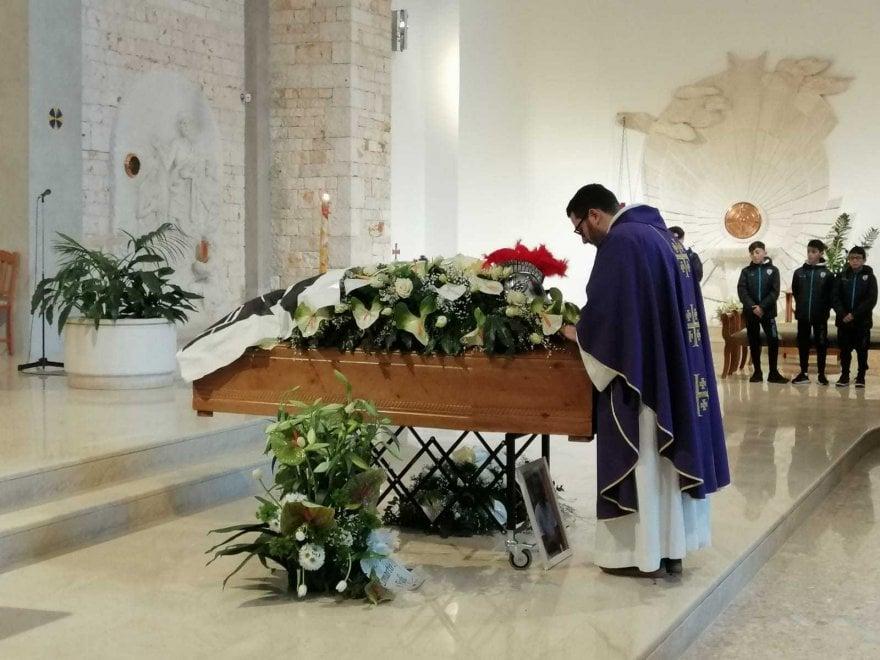 Giovanni Custodero, un elmo sulla bara per l'addio al 'guerriero'