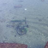 """Bari, il mistero della bici sottomarina: """"Che ci fa sul fondale del lungomare?"""""""