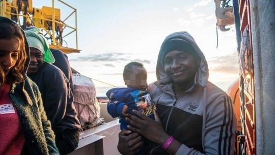 Migranti, sbarcano a Taranto i 119 a bordo della Sea Watch: 40 sono bambini e ragazzi