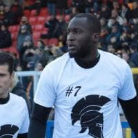 Calcio, Lukaku e gli altri con la maglia di Custodero: a Lecce omaggio al 'guerriero'