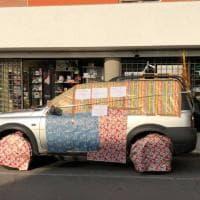 """""""Qui non si parcheggia"""" e a Bari gli impacchettano il suv: avviso o goliardia?"""