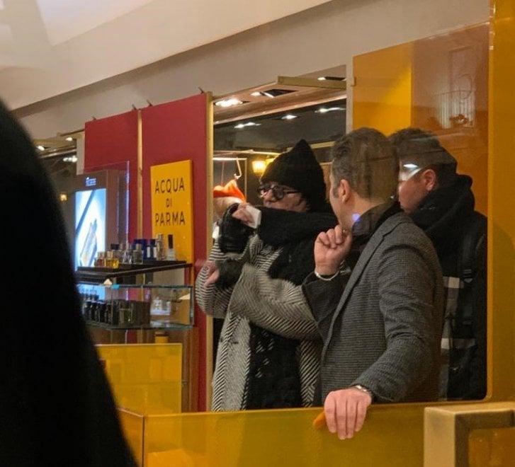 Renato Zero fa shopping ad Andria: i fan lo circondano