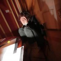Tenta di strangolare la compagna che ha in braccio il figlio neonato: 37enne arrestato a...