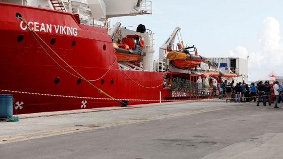 """Ocean Viking sbarca a Taranto, soccorsi 403 migranti: """"Un viaggio da incubo"""""""