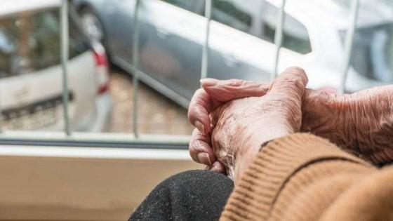 """""""Non portatemi via, voglio morire nel mio letto"""": 85enne sgomberata da casa popolare abusiva"""