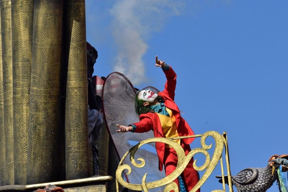 Joker, danza del furore fra rifiuti e ciminiere: al Carnevale di Putignano sfila l'Apocalisse
