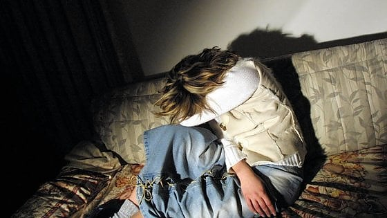 Violenza sulle donne, una 34enne respinge uomo in un bar a Brindisi: lui la colpisce con un calcio al viso