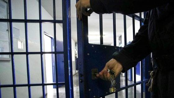 """Matera, detenuti appiccano il fuoco in cella e feriscono tre agenti: """"Erano tutti ubriachi"""""""