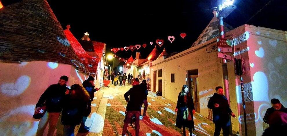 """I trulli di Alberobello si colorano di rosso per San Valentino: """"È la città dell'amore"""""""