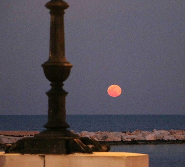La super luna si specchia nel mare: il fascino del plenilunio a Bari