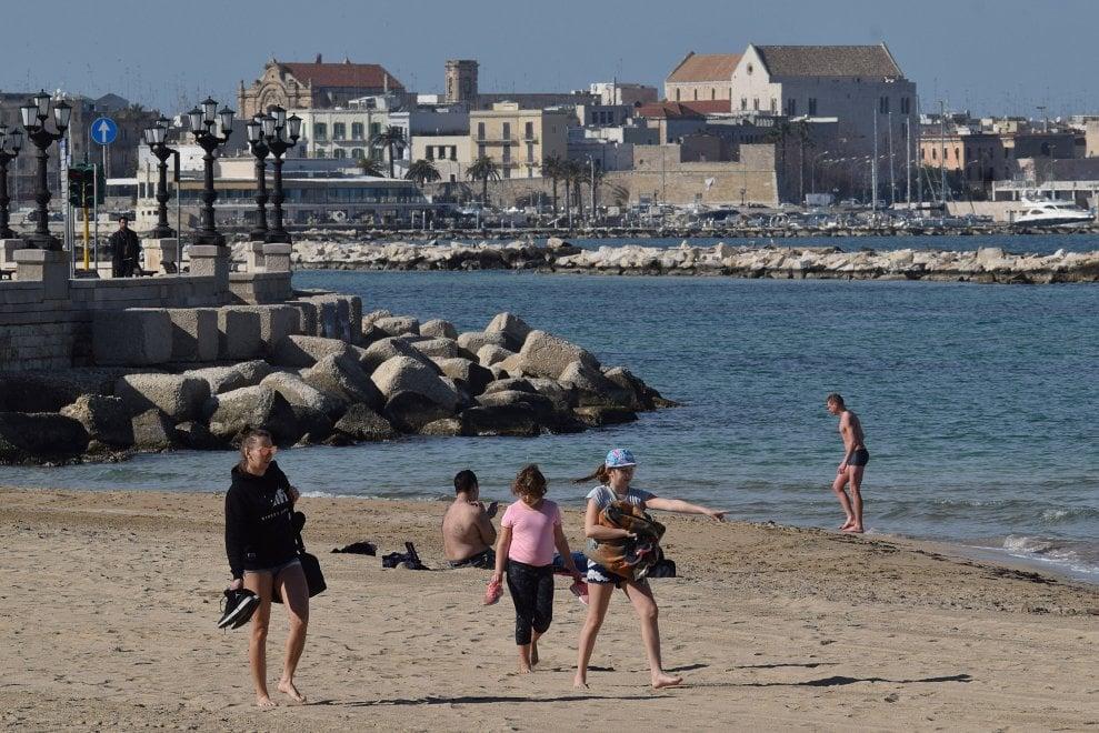 Bari, sole e caldo richiamo irresistibile: in tanti sulla spiaggia di Pane e pomodoro