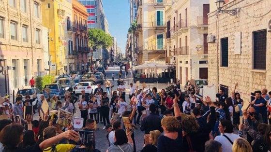 Bari, libri in risciò e flash mob per scambiarsi titoli: a San Valentino si legge per strada