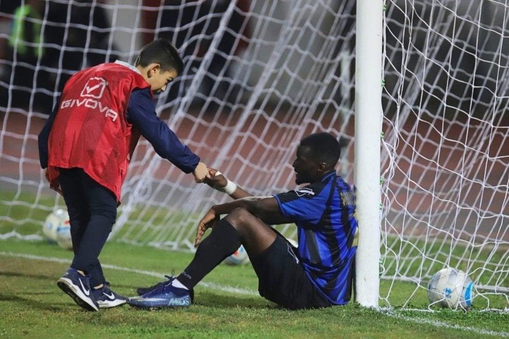 Calcio, il piccolo raccattapalle consolò giocatore sconfitto: ora sono testimonial di fair play
