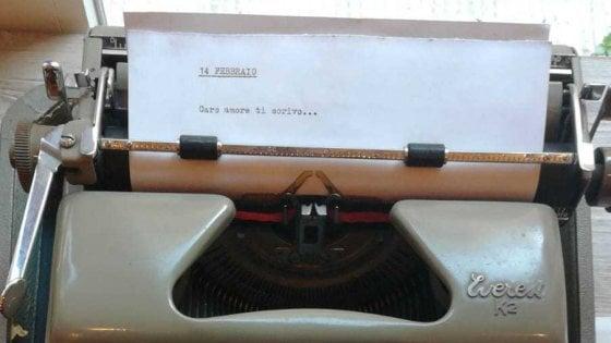 """Bari, il bistrot mette al bando gli smartphone per San Valentino: """"Dediche solo con la macchina da scrivere"""""""
