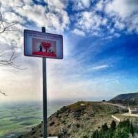 """""""Obbligo d'innamorarsi"""", il cartello davanti al panorama più bello del Gargano"""