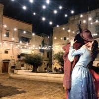 Da Klimt a Chagall, gli innamorati si baciano a Bari: i collage celebrano la grande arte