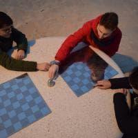 Bari, scacchi e dama in spiaggia: a Pane e pomodoro arrivano i tavoli in pietra
