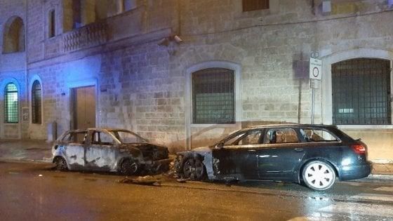 Gioia del Colle, rogo distrugge due auto della caserma dei carabinieri: è stata autocombustione