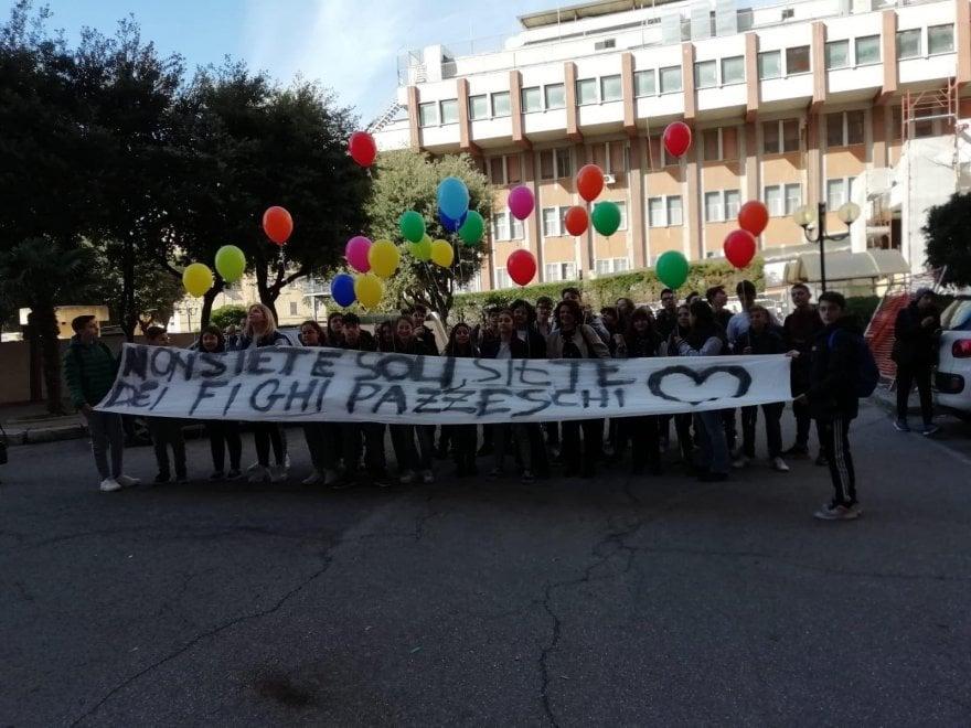 """""""Non siete soli, siete dei fighi pazzeschi"""": lo striscione per i bambini malati di tumore nell'ospedale di Taranto"""