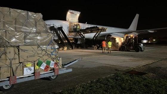 Coronavirus, decolla da Brindisi volo umanitario per la Cina: 18 tonnellate di guanti e mascherine
