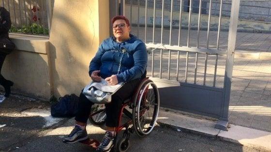 In classe manca l'assistenza per il figlio disabile: mamma in carrrozzina si incatena alla scuola