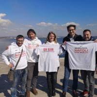 """""""Uniti nella lotta"""": operai ex Ilva di Taranto scambiano le magliette con quelli della Whirpool di Napoli"""