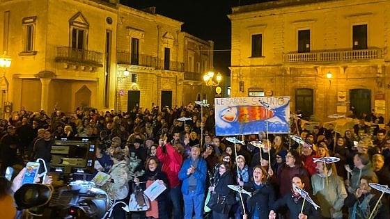 """Salvini in Salento per le regionali. Le Sardine in piazza per contrastarlo: """"Noi armati con ramoscelli ..."""