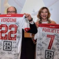Verdone al cinema e De Laurentiis gli regala la maglia del Bari calcio