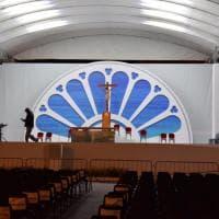 Bari, pronto l'altare in piazza per la Messa di papa Francesco