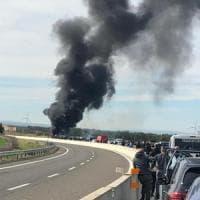 Follia ultrà in autostrada: scontri fra tifosi di Bari e Lecce, furgoni