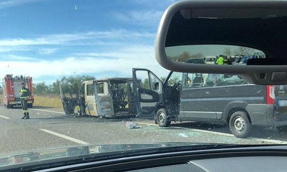 Follia ultrà in autostrada: scontri fra tifosi di Bari e Lecce, furgoni a fuoco e traffico bloccato