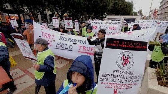 """Popolare di Bari, in piazza la protesta degli azionisti: """"Ridateci i nostri sudati risparmi"""""""