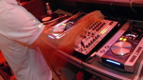 """Bari, il dj set è senza pubblico: si balla connessi sui social. """"Non fermiamo la musica"""""""