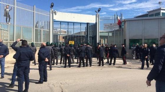 Coronavirus, rivolta nelle carceri: a Foggia evasione di massa. A Trani e Bari strade bloccate