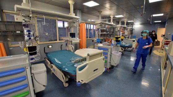 """Coronavirus, il piano della Puglia: 2mila posti letto in più e 9 ospedali per i casi gravi. """"Come in guerra"""""""