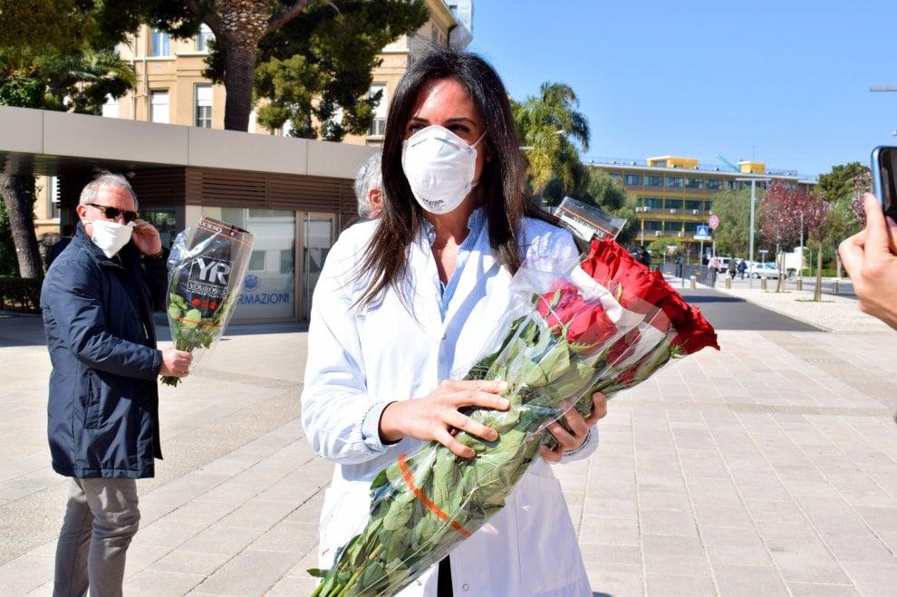 Coronavirus, regala rose alle dottoresse e alle infermiere del Policlinico di Bari: l'omaggio di un imprenditore