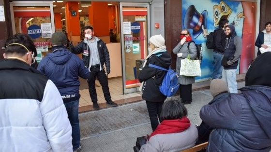 Coronavirus, a Bari senza guanti e mascherina non si entra nei negozi: controlli a tappeto dei vigili