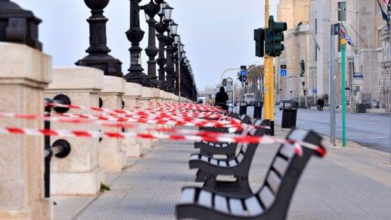 """Coronavirus, a Bari nastri bianchi e rossi isolano panchine e piazze. Il sindaco: """"Simbolo del mio fallimento"""""""