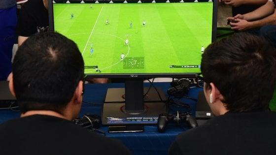Coronavirus, astinenza da calcio? Monopoli e Lecce si sfidano a Fifa alla Play Station