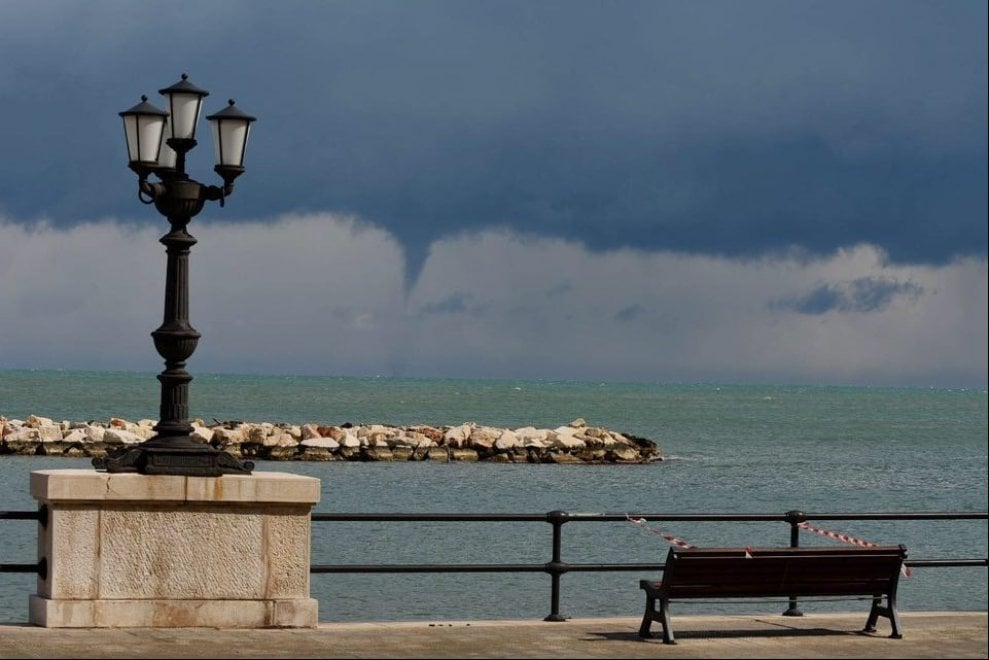 Tromba marina sul litorale di Bari: dopo la neve anche i moti d'aria