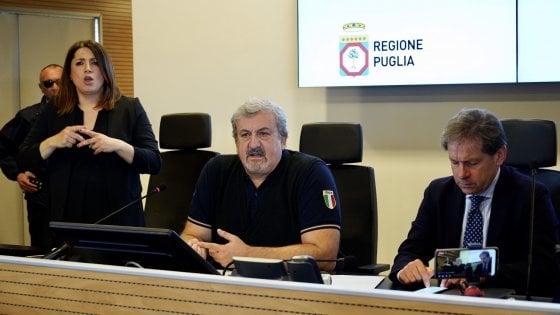 """Coronavirus, scorte di mascherine quasi finite in Puglia. Emiliano: """"Faccio il contrabbandiere con la Cina"""""""