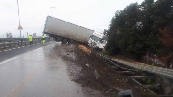 Bari, tir fuoristrada sfonda il guardrail all'altezza di Palese: in tangenziale traffico deviato
