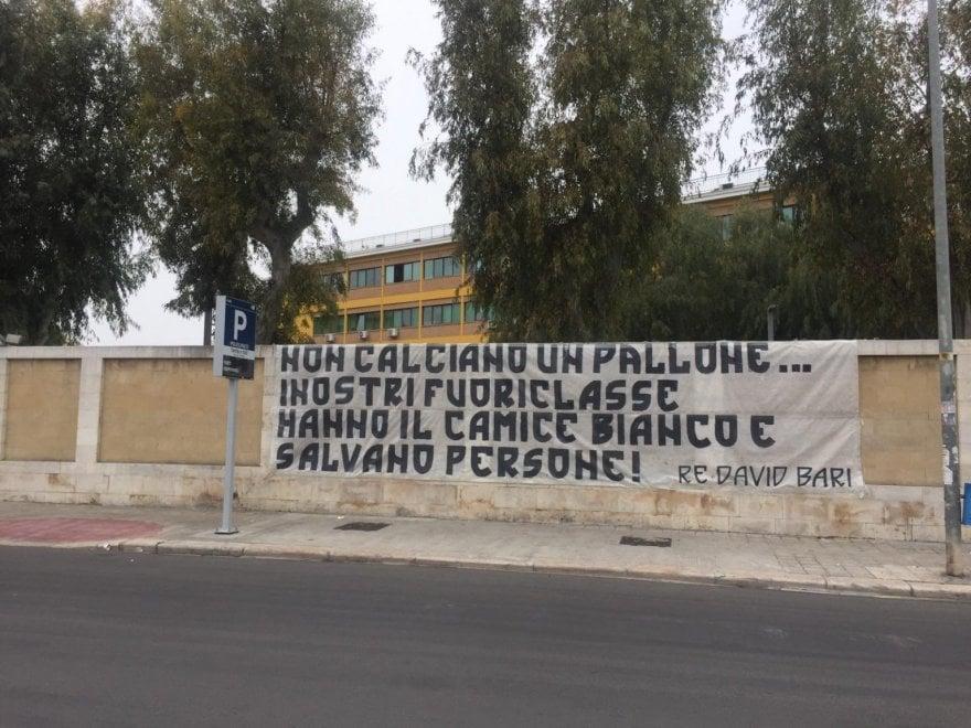 """""""Medici siete i nostri fuoriclasse"""", lo striscione dei tifosi del Bari fuori dal Policlinico"""