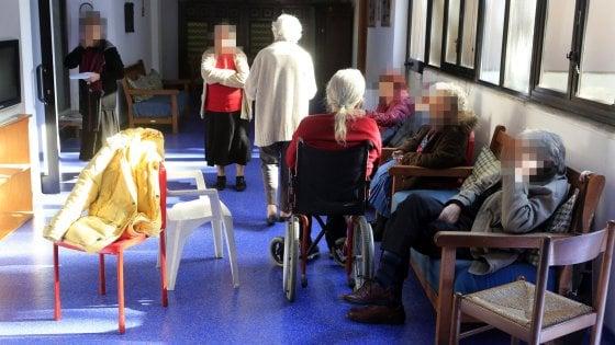 Coronavirus, anziani rimasti senza cibo per 2 giorni in casa di riposo: in ottanta si offrono ad assisterli