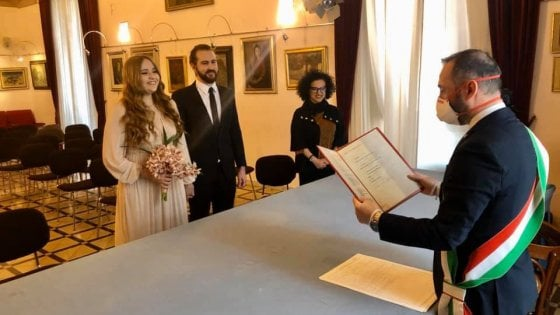 Il coronavirus non ferma il matrimonio, in Puglia l'assessore celebra con mascherina e fascia tricolore