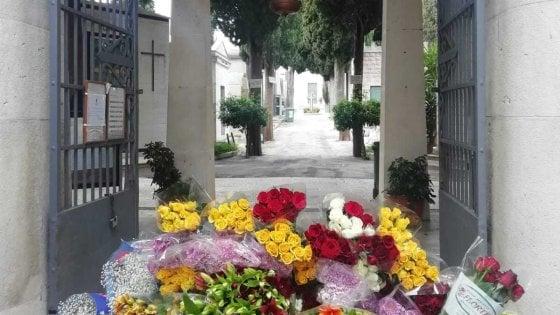 Coronavirus, imprenditore dona 30mila rose per i cimiteri del Barese: distribuiti sulle tombe