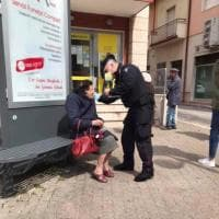 Coronavirus, un carabiniere dona una mascherina a una pensionata in fila alle poste: la foto è virale